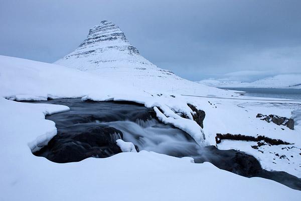 Kirjufellfoss met de berg in de achtergrond