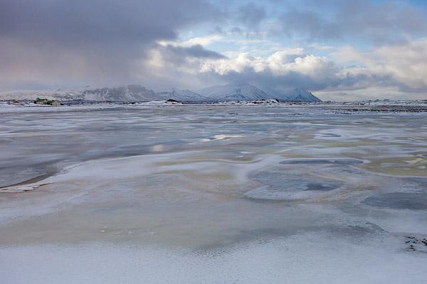 Sneeuw en ijspatroon in een rivier