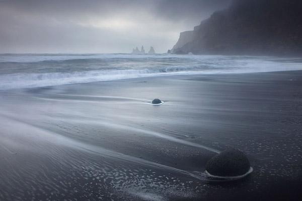 Het strand bij Vik met de rotsformatie Reynisdrangar in de achtergrond