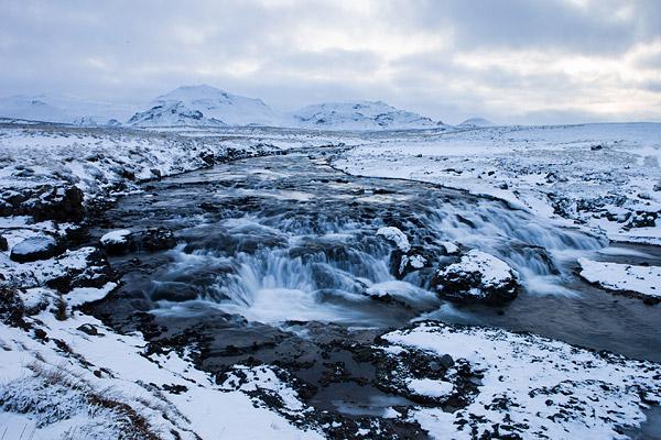 Waterval in besneeuwd landschap