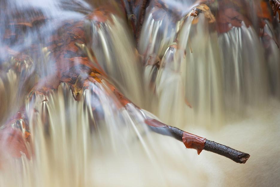 Abstracte foto van een waterval in de Hierdense beek